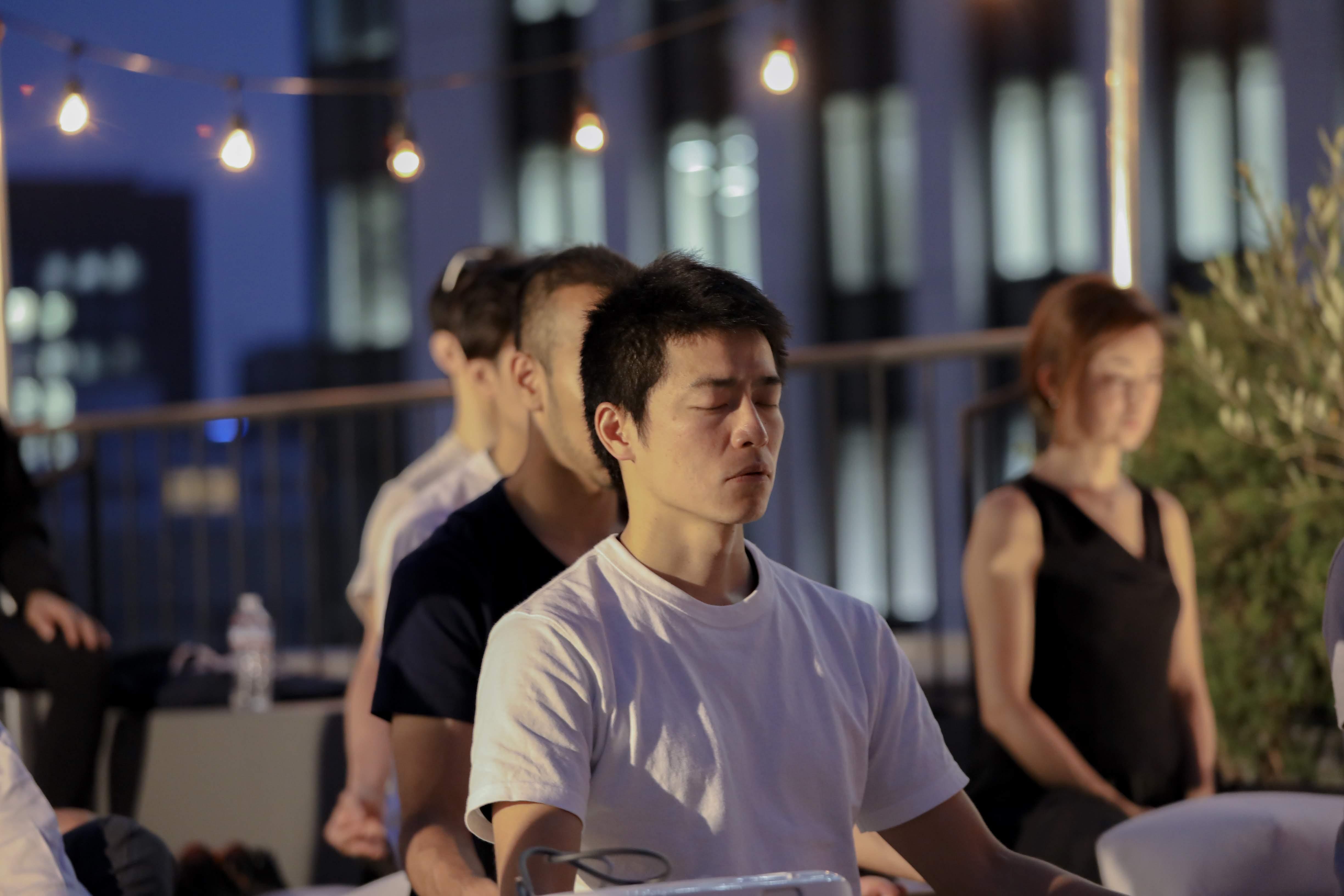 googleの研修にも取り入れられたマインドフルネス瞑想をする男性や女性